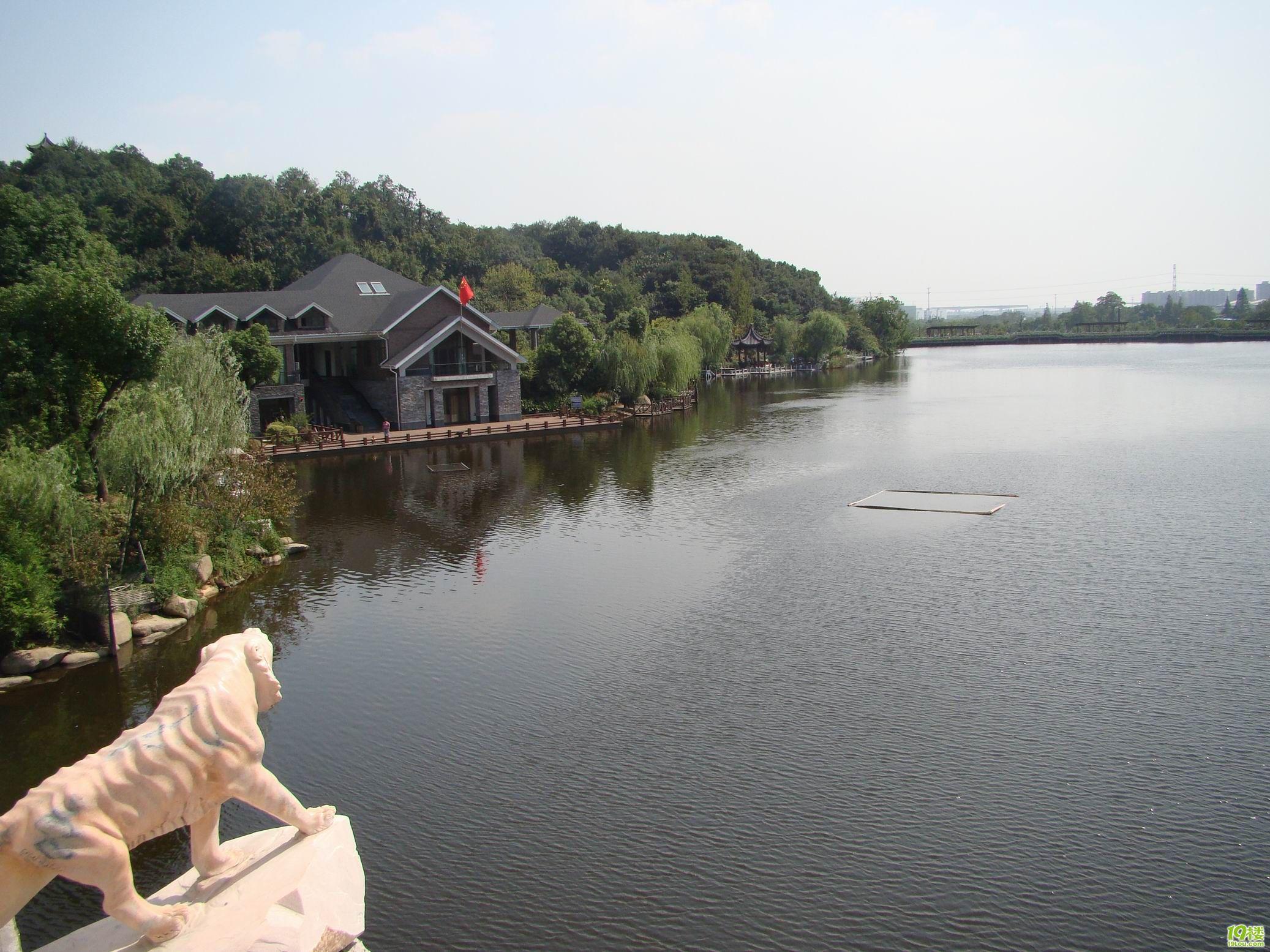 水库旅游风景区位于唐河县城东南25公里的马振抚乡境内,从312国道沙河