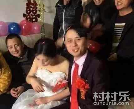 婚礼上新娘被新郎亲 吐 了 场面让人很尴尬